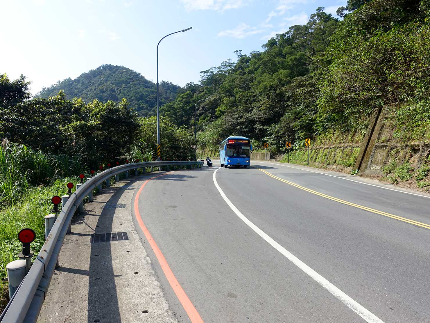 台北・九份「琉瑯路步道」出口に伸びる幹線道路