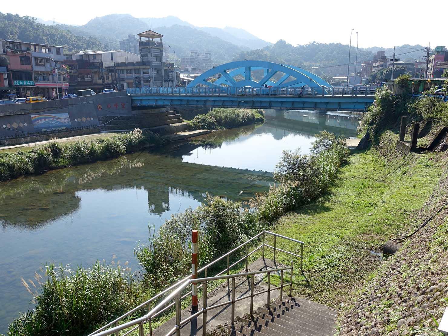台北・瑞芳市街にかかる青い橋