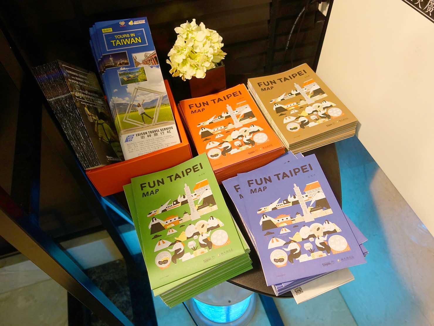 台北・大安の最高におしゃれなブティックホテル「chez nous 司旅」のロビーに置かれた観光案内