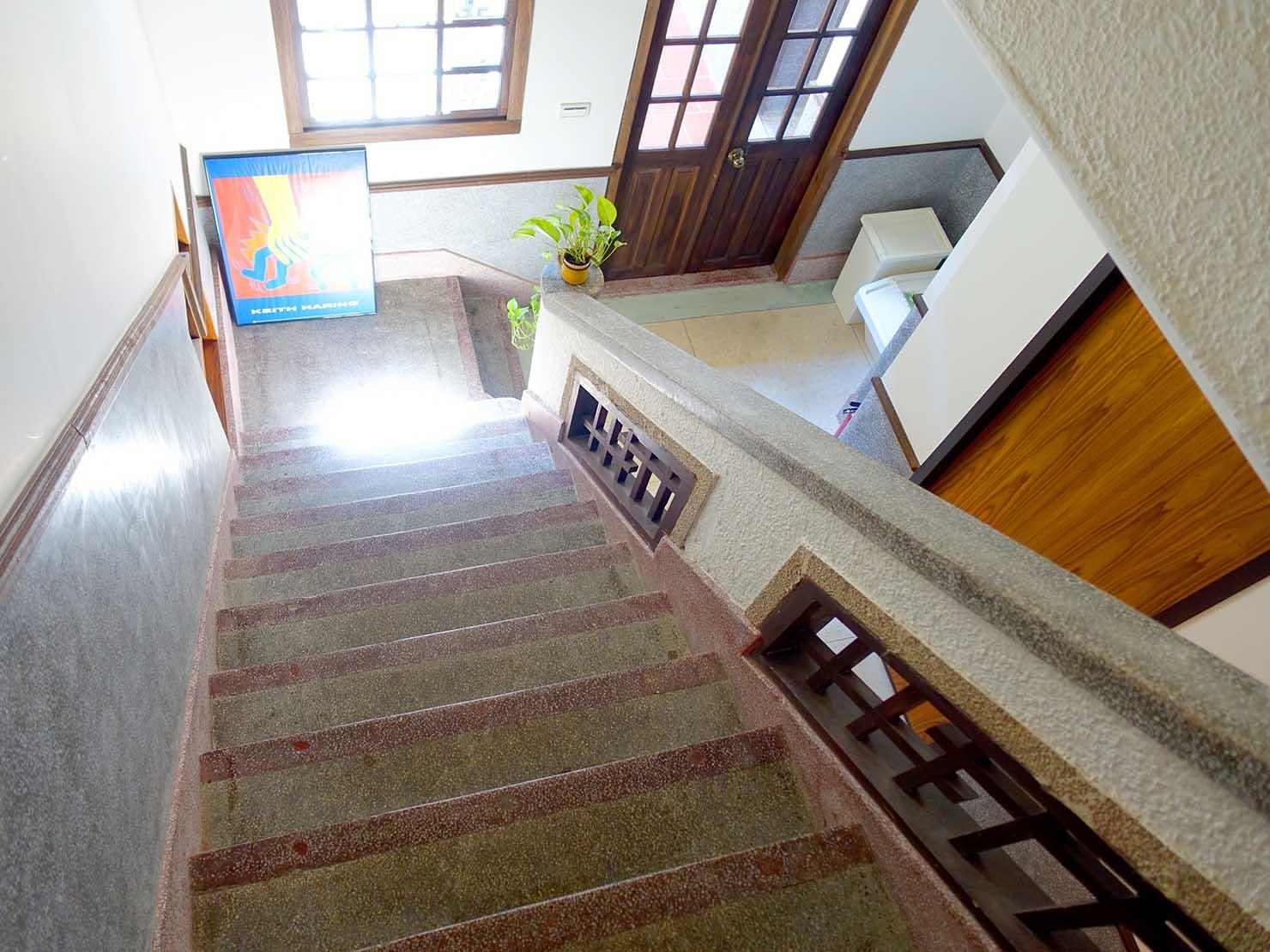 台北・迪化街のおしゃれな古民家リノベゲストハウス「OrigInn Space」建物内の階段