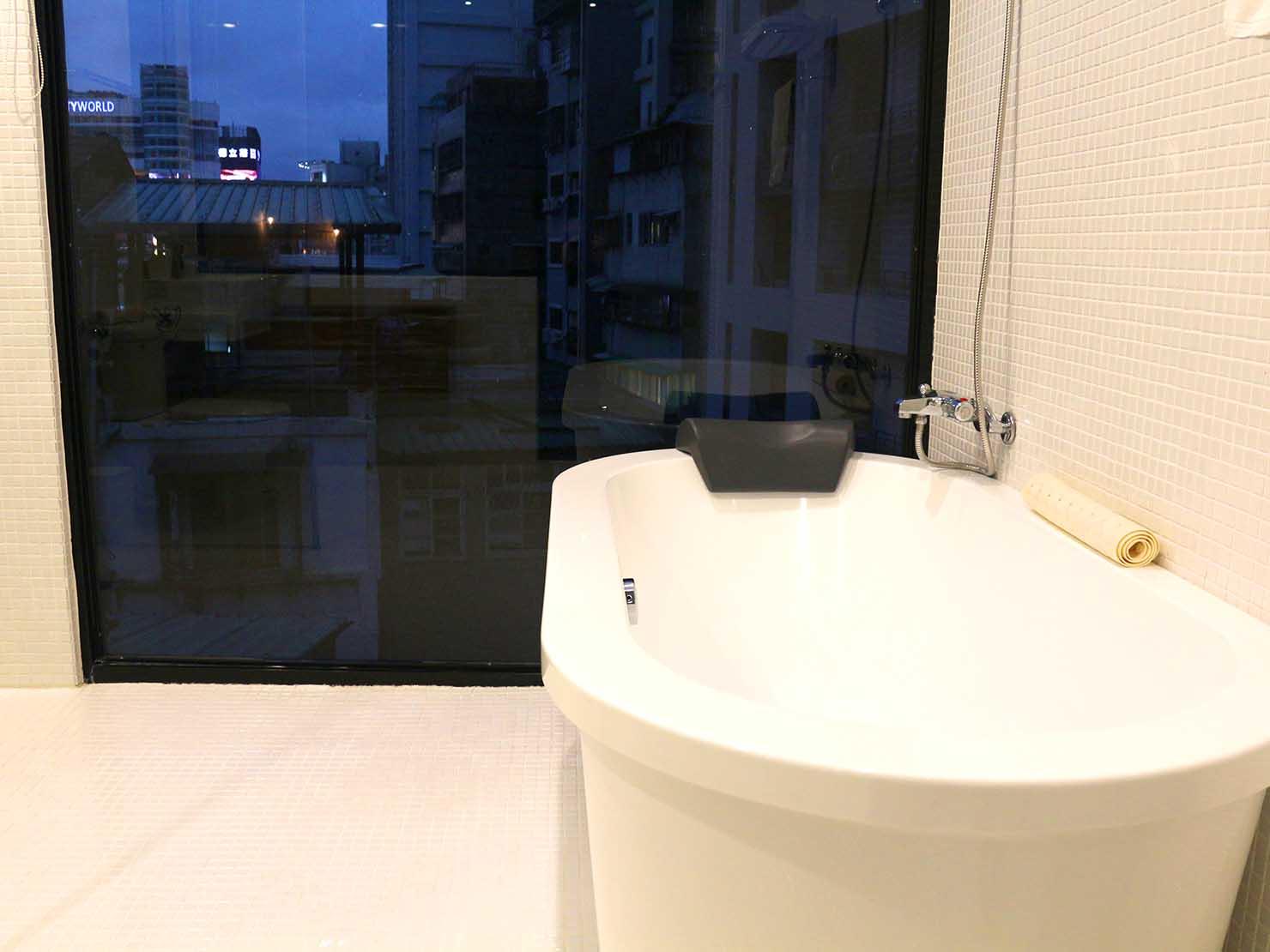台北・西門町のLGBTフレンドリーホテル「町・記憶旅店 Cho Hotel」行政套房(Executive Double)のバスタブ