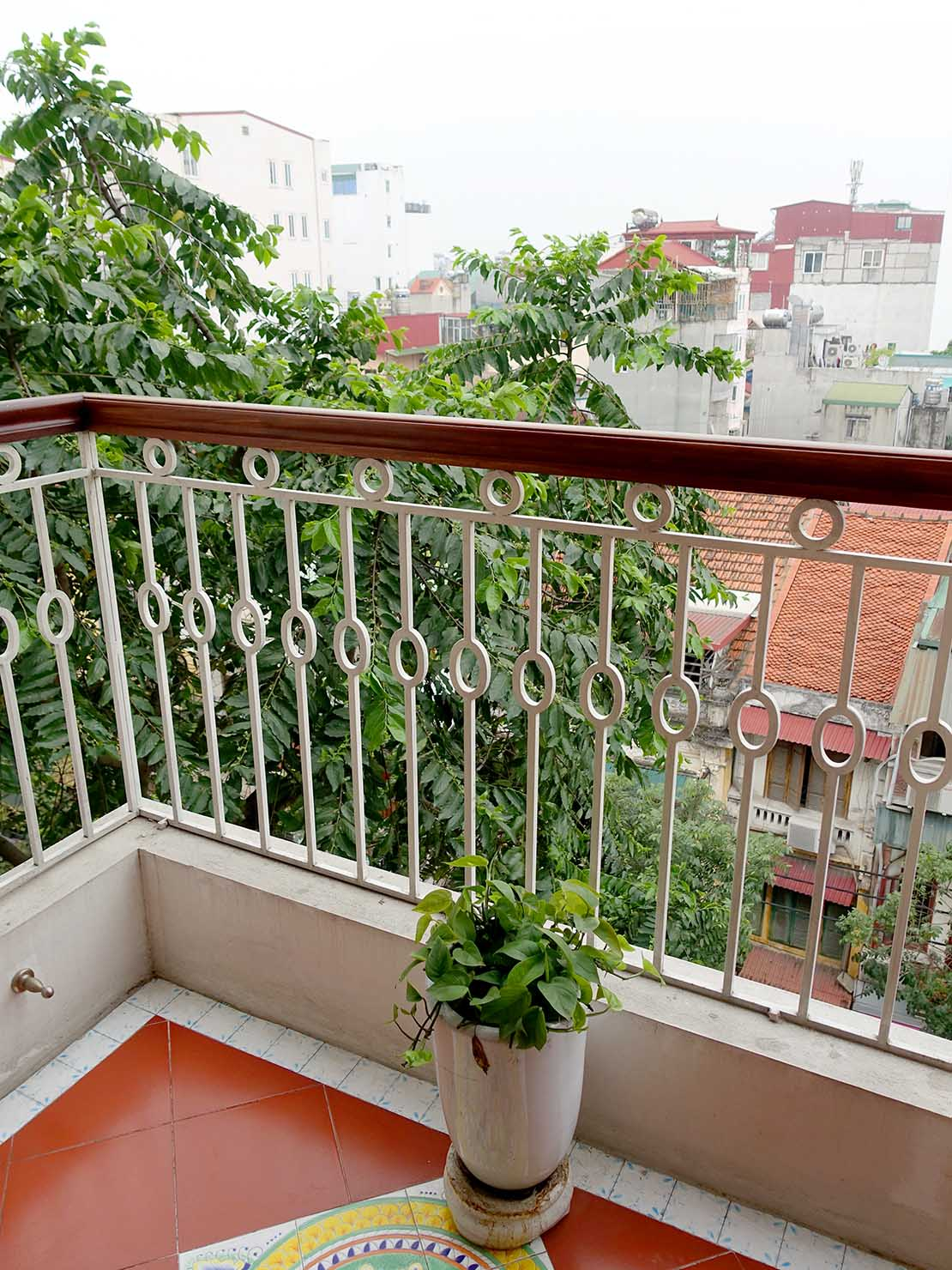 ハノイ旧市街ど真ん中の観光に便利なおすすめホテル「Hai Bay Hotel」エグゼクティブ・ダブルルームのベランダ
