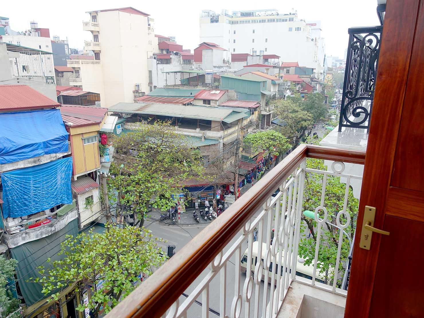 ハノイ旧市街ど真ん中の観光に便利なおすすめホテル「Hai Bay Hotel」エグゼクティブ・ダブルルームのベランダから眺める旧市街