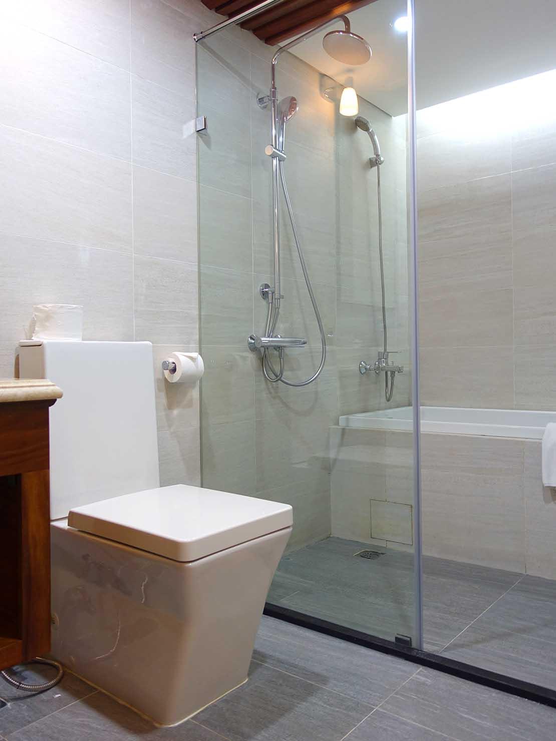 ハノイ旧市街ど真ん中の観光に便利なおすすめホテル「Hai Bay Hotel」エグゼクティブ・ダブルルームのバスルーム