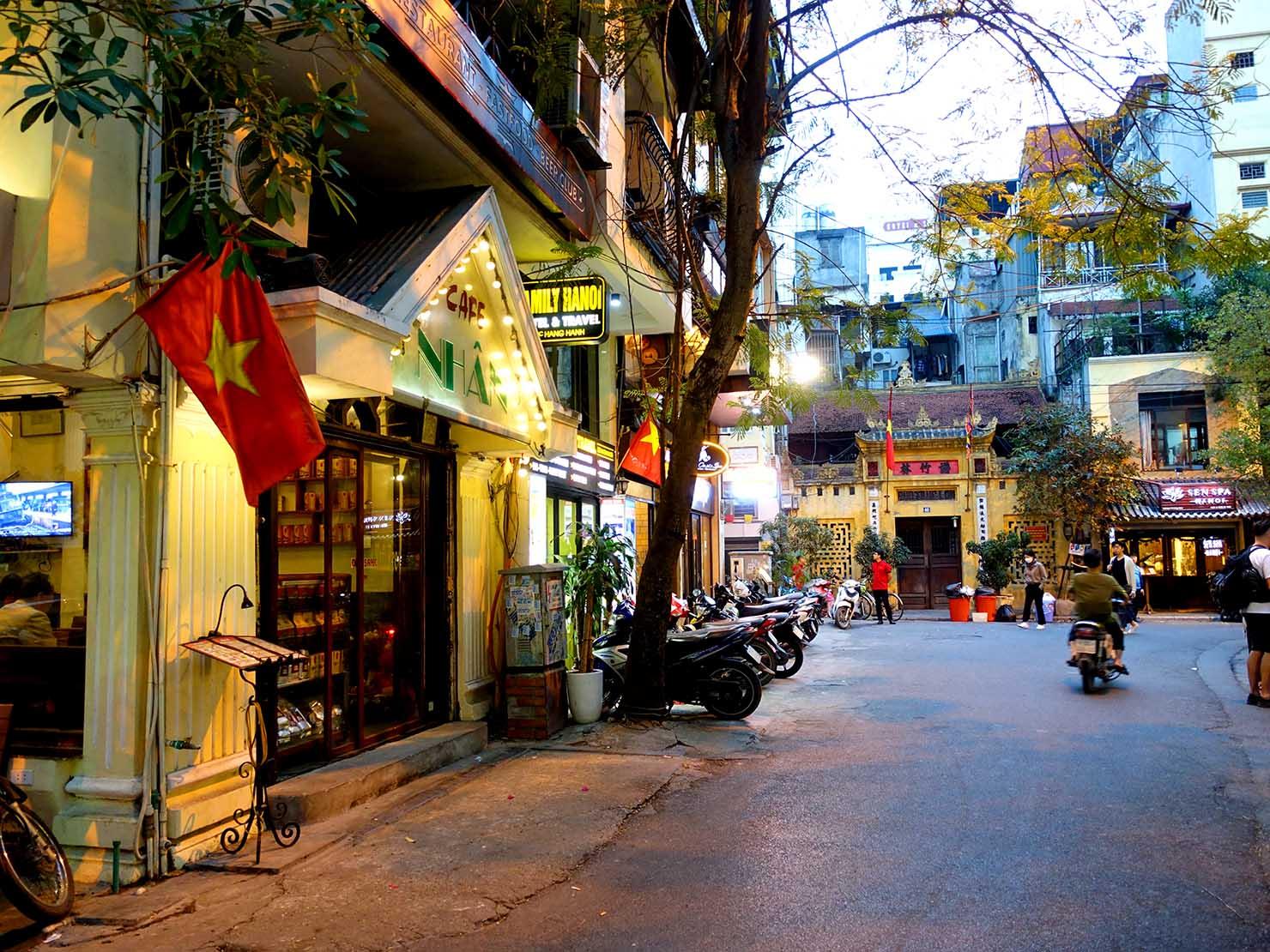 ベトナム・ハノイ旧市街のカフェのある街並み
