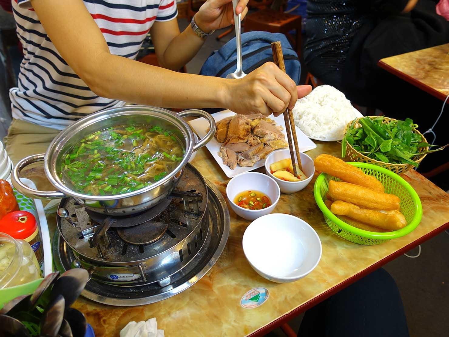 ベトナム・ハノイ旧市街のローカルグルメ店でいただいた麺料理