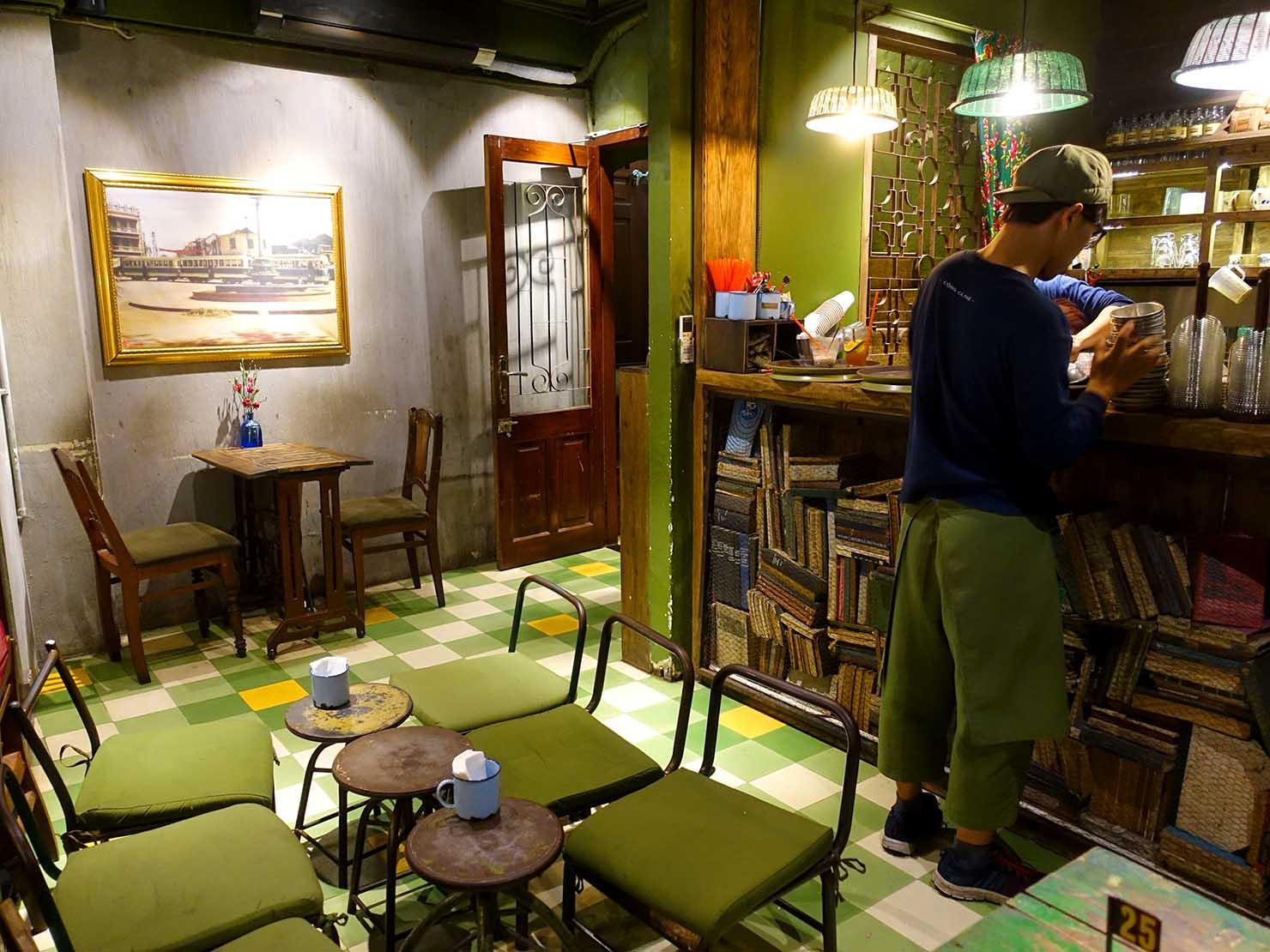 ベトナム・ハノイ旧市街にあるカフェチェーン「cong caphe」の店内