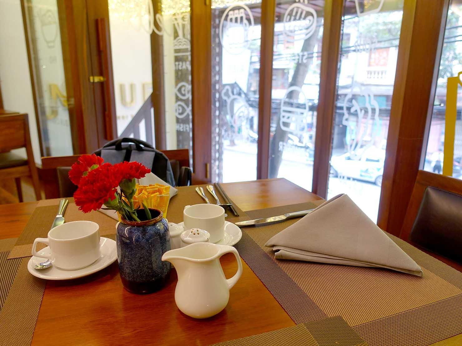 ハノイ旧市街ど真ん中の観光に便利なおすすめホテル「Hai Bay Hotel」2Fレストランのテーブル