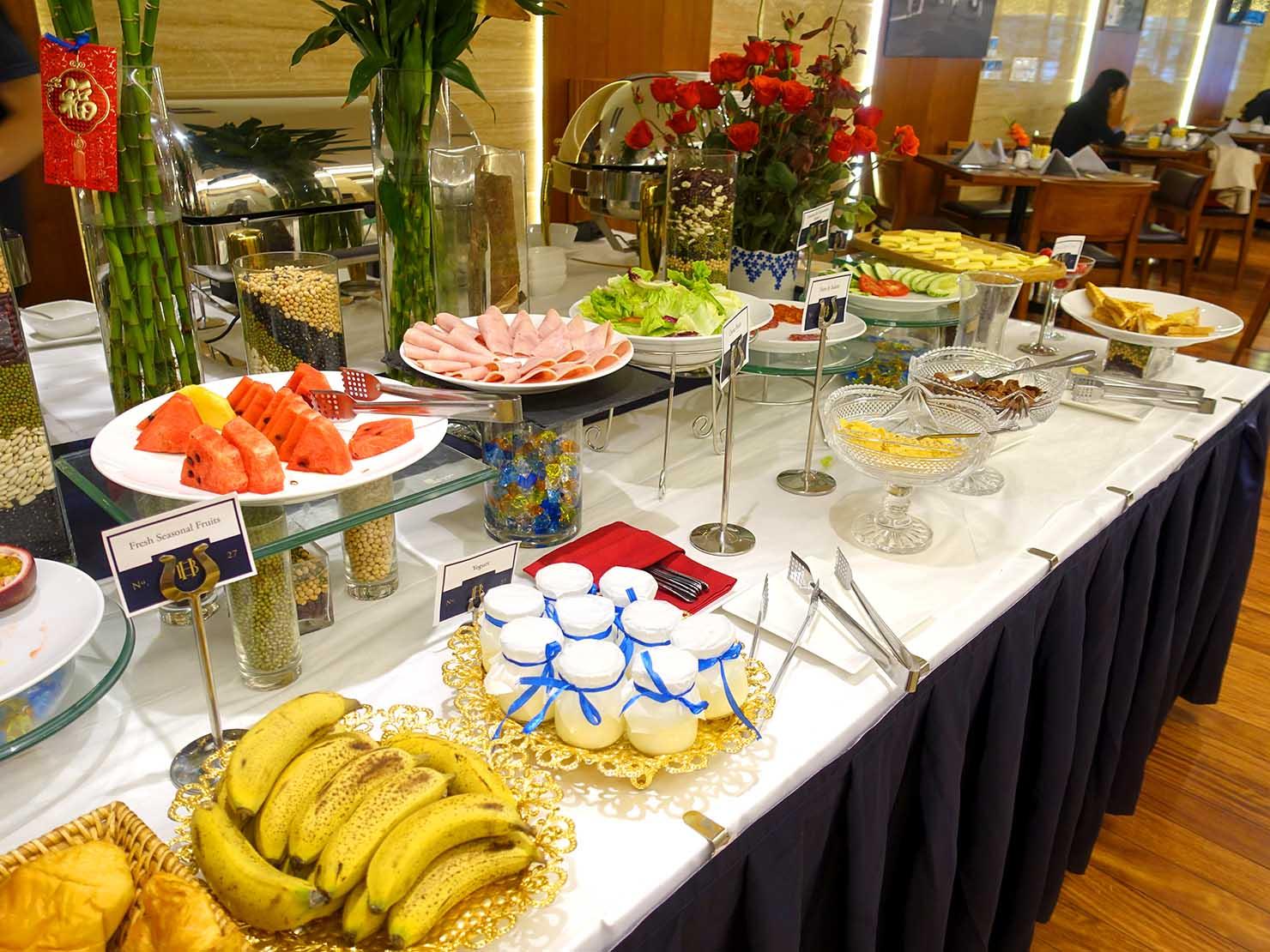 ハノイ旧市街ど真ん中の観光に便利なおすすめホテル「Hai Bay Hotel」2Fレストランの洋食ビュッフェに並ぶフルーツ