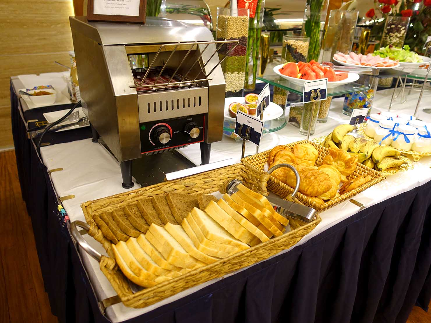 ハノイ旧市街ど真ん中の観光に便利なおすすめホテル「Hai Bay Hotel」2Fレストランの洋食ビュッフェに並ぶパン