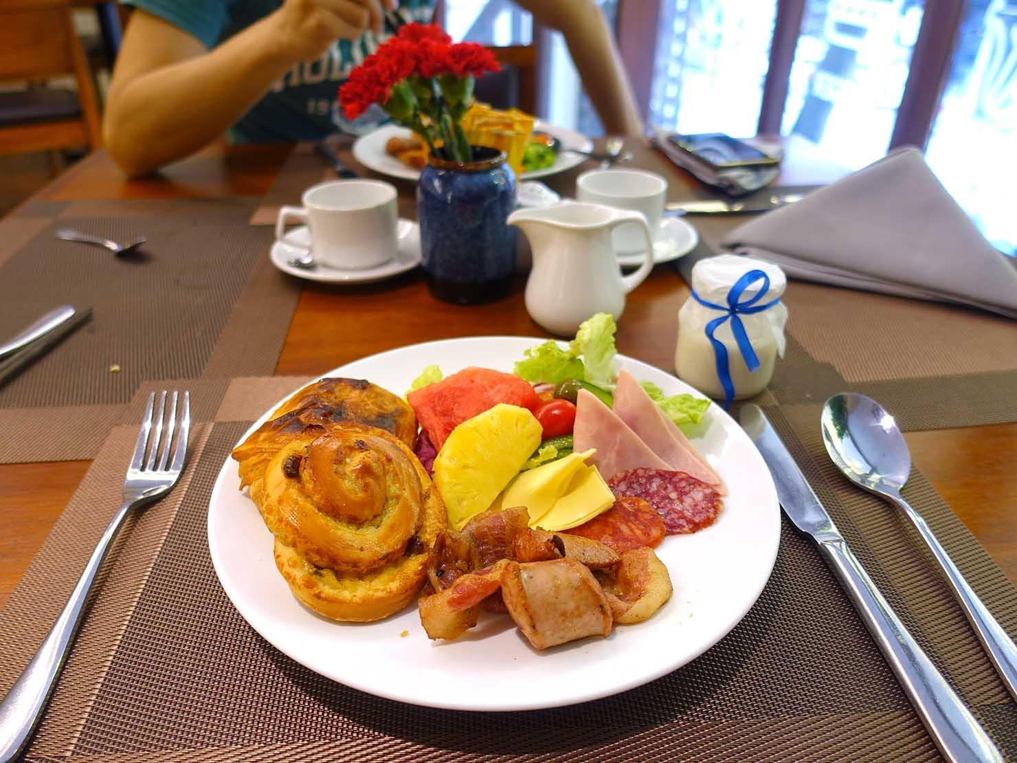 ハノイ旧市街ど真ん中の観光に便利なおすすめホテル「Hai Bay Hotel」2Fレストランの洋食ビュッフェ