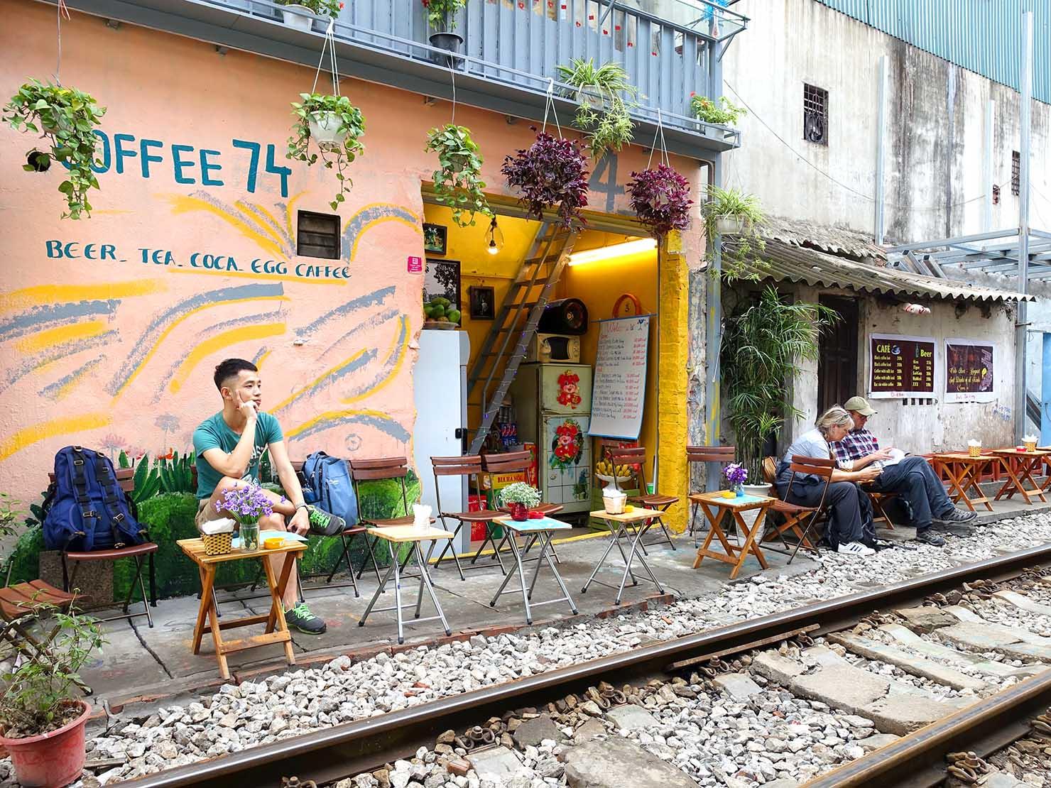 ベトナム・ハノイ旧市街にあるトレインストリートのカフェ