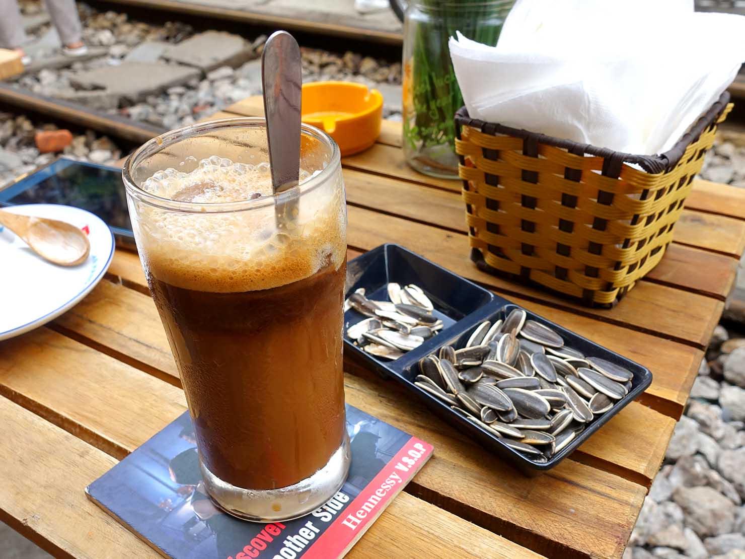 ベトナム・ハノイ旧市街にあるトレインストリートのカフェで飲んだベトナムコーヒー