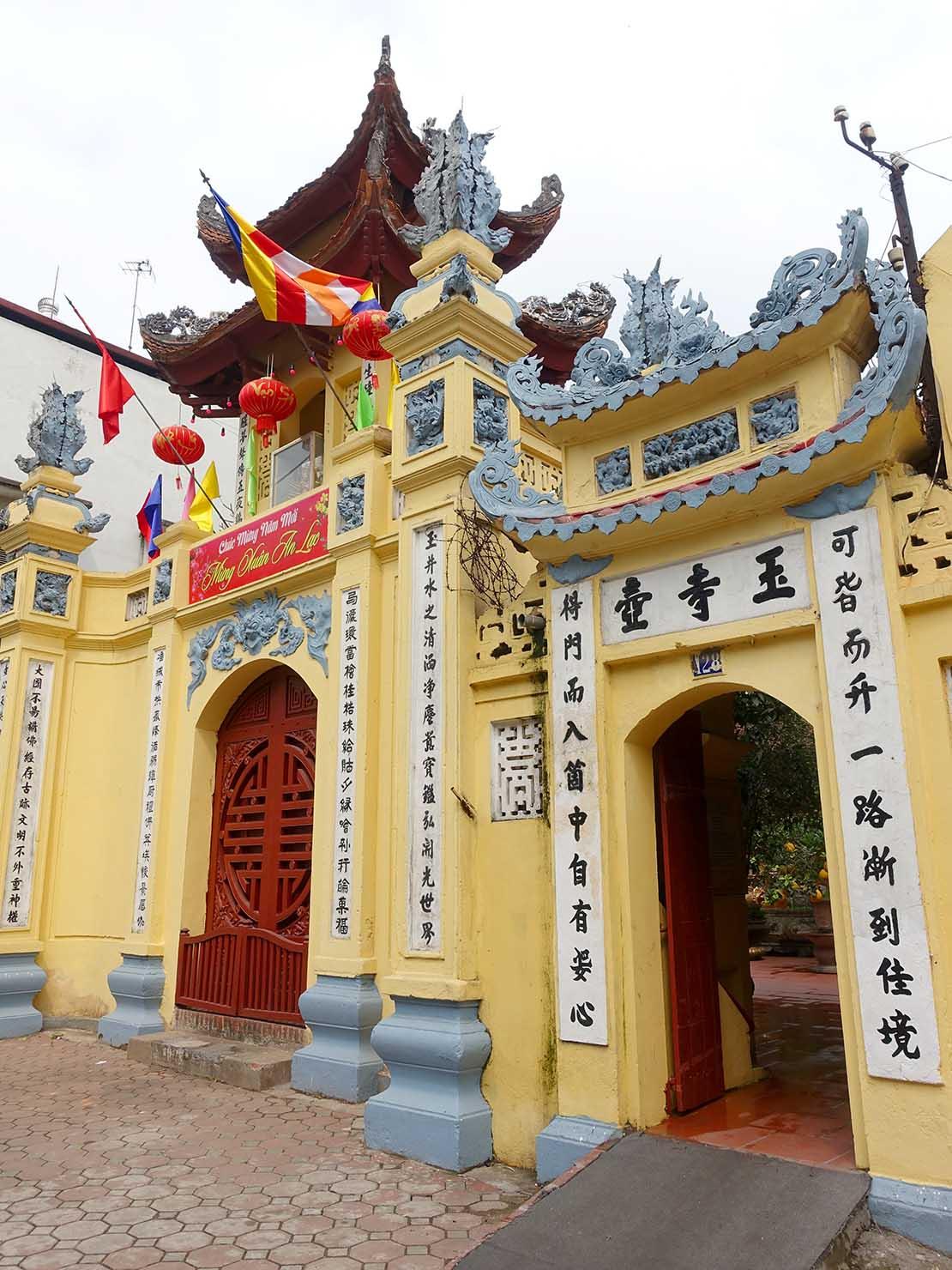 ベトナム・ハノイ旧市街で出会った廟の入り口