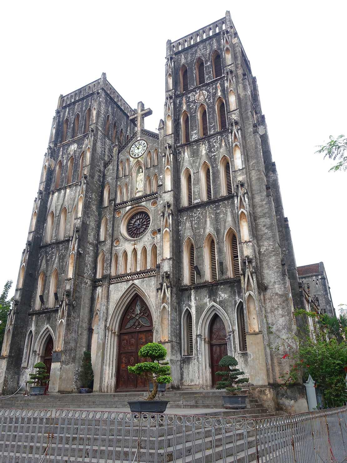 ベトナム・ハノイ旧市街の観光スポット「ハノイ大教会」の外観