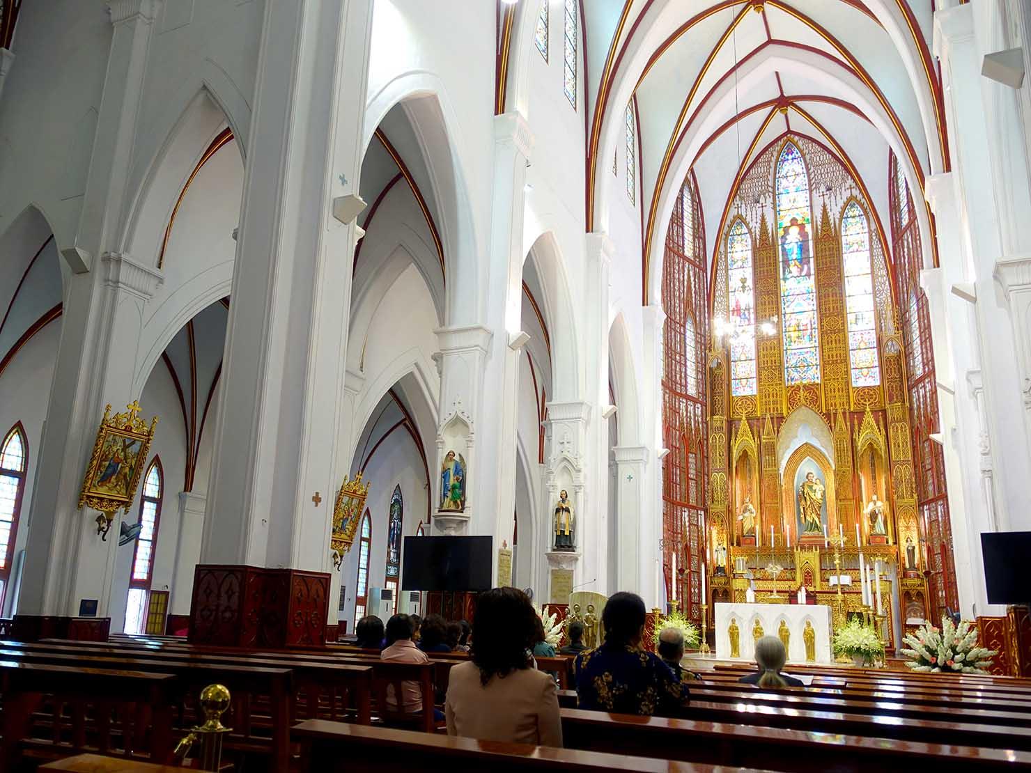 ベトナム・ハノイ旧市街の観光スポット「ハノイ大教会」の屋内