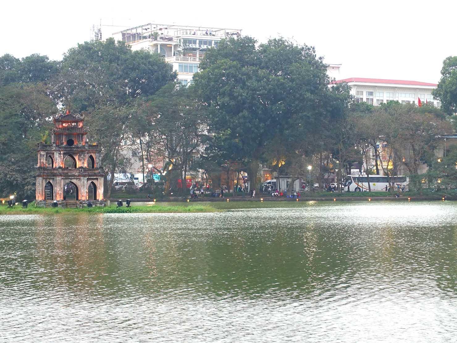 ベトナム・ハノイ旧市街の観光スポット「ホアンキエム湖」
