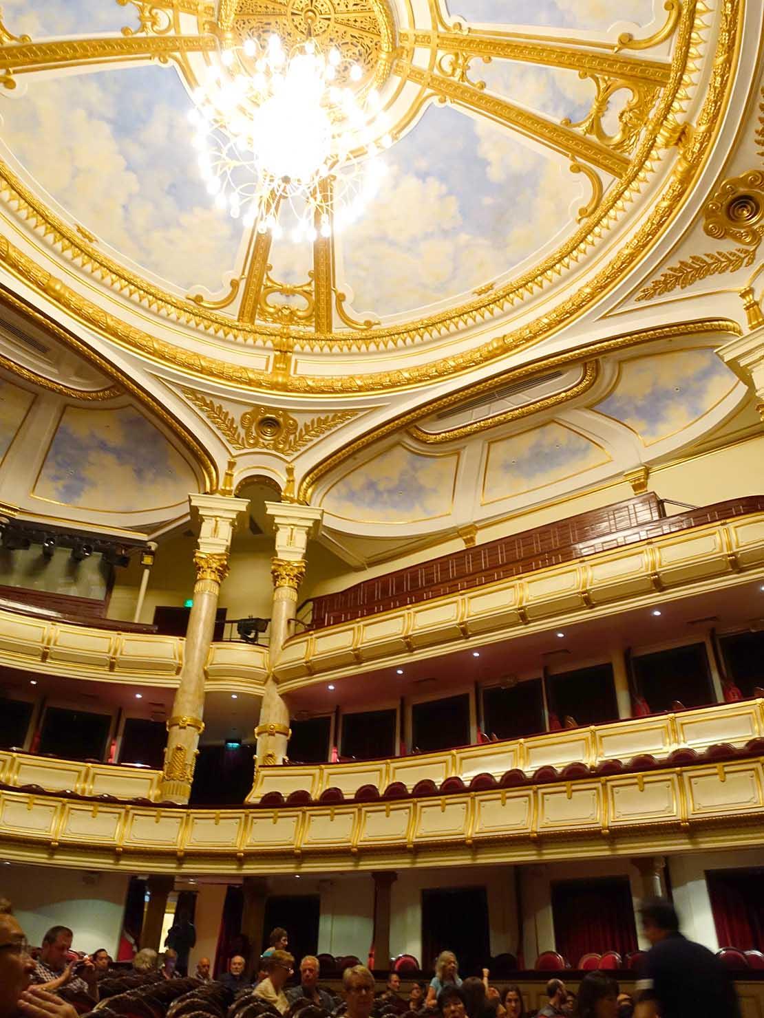 ベトナム・ハノイ旧市街の観光スポット「オペラハウス」のホール天井