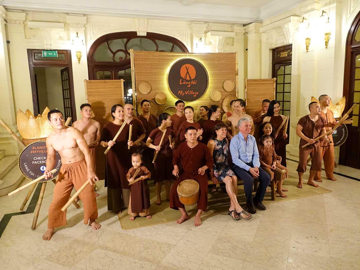 ベトナム・ハノイ旧市街の観光スポット「オペラハウス」で鑑賞できるバンブーサーカスのキャストたち