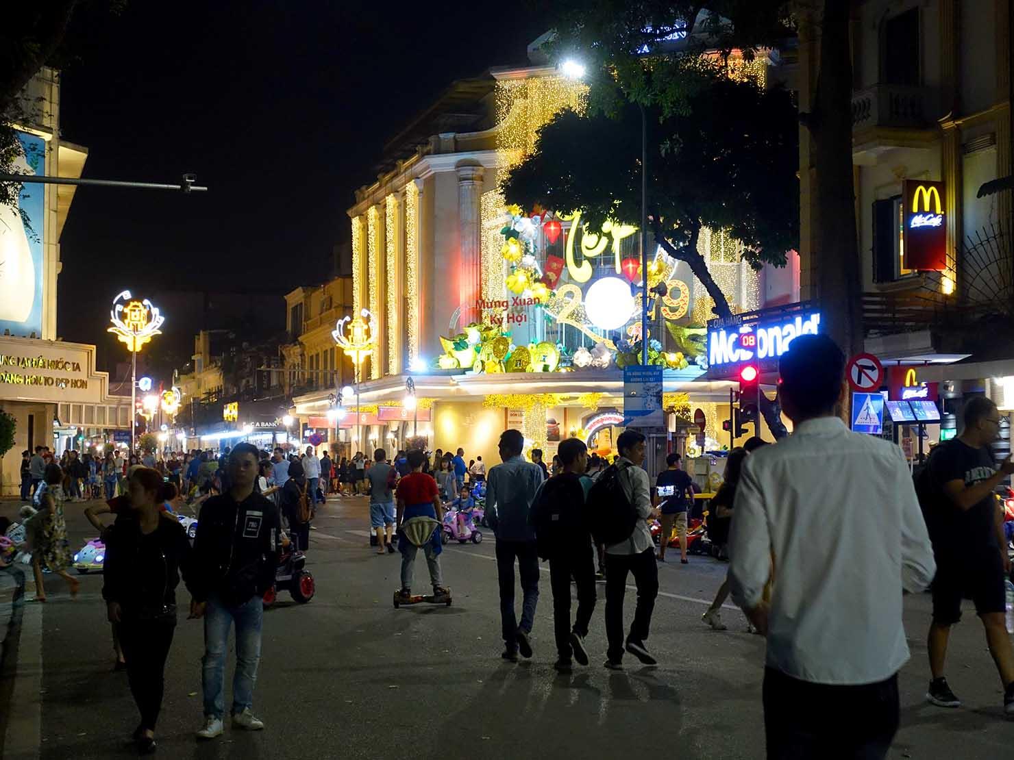 ベトナム・ハノイ旧市街の観光スポット「ホアンキエム湖」の歩行者天国
