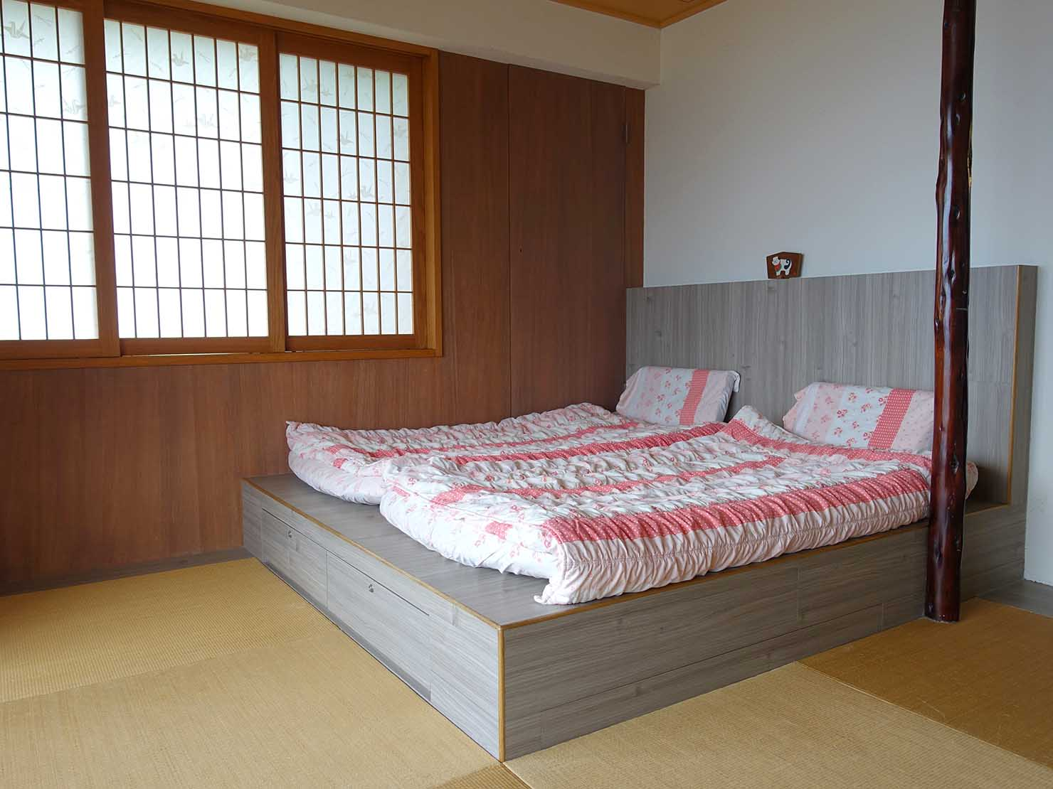 台北・九份のおすすめゲストハウス「九份小町」海景套房(オーシャンビュー・ダブルルーム)のベッド