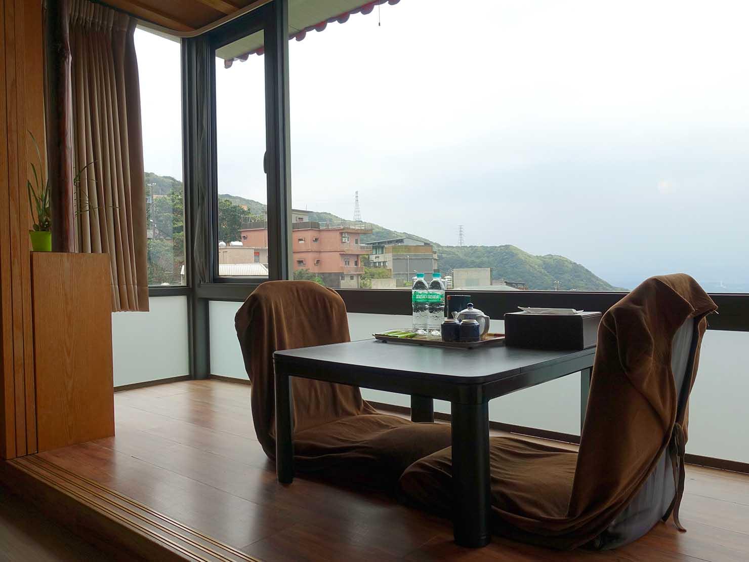 台北・九份のおすすめゲストハウス「九份小町」海景套房(オーシャンビュー・ダブルルーム)窓辺のテーブル