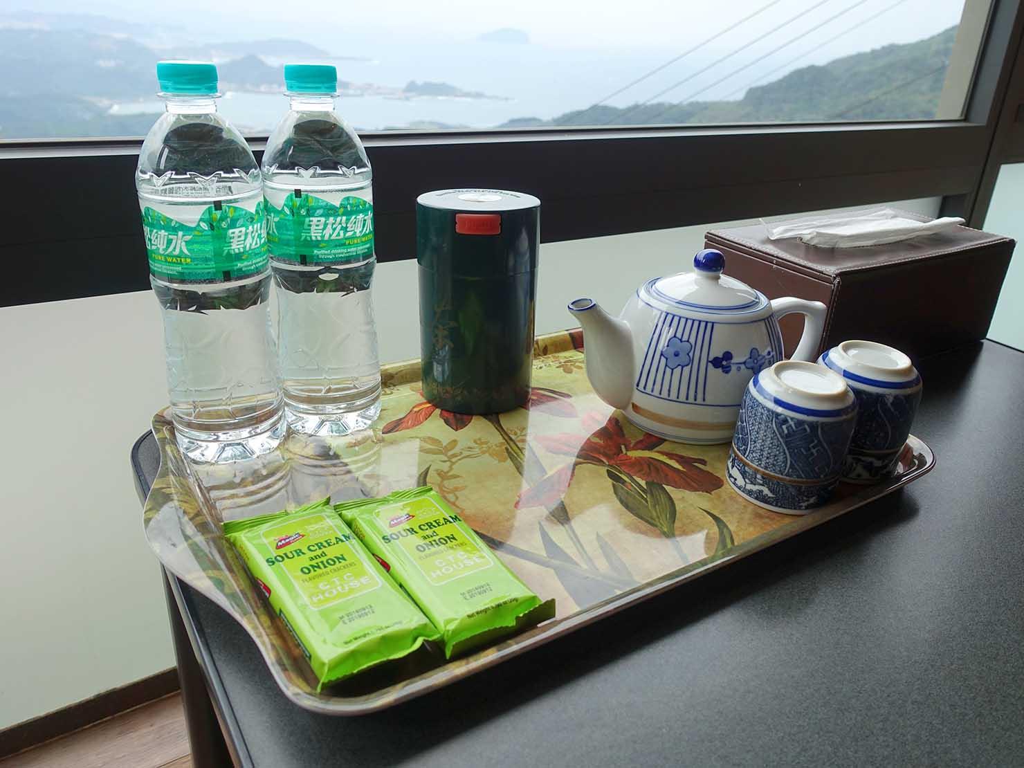 台北・九份のおすすめゲストハウス「九份小町」海景套房(オーシャンビュー・ダブルルーム)に準備されたお茶類