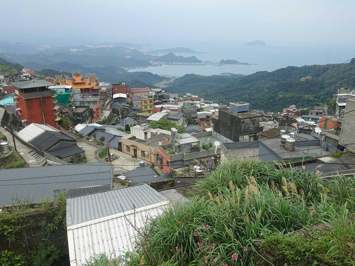 台北・九份のおすすめゲストハウス「九份小町」海景套房(オーシャンビュー・ダブルルーム)から眺める台湾北海岸