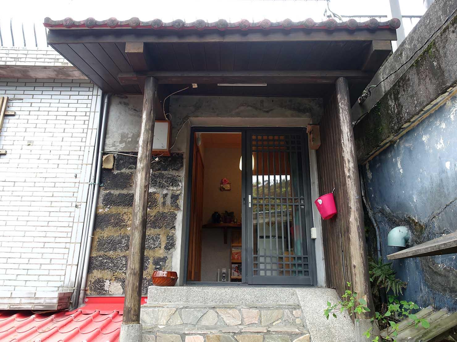 台北・九份のおすすめゲストハウス「九份小町」宿泊棟の玄関