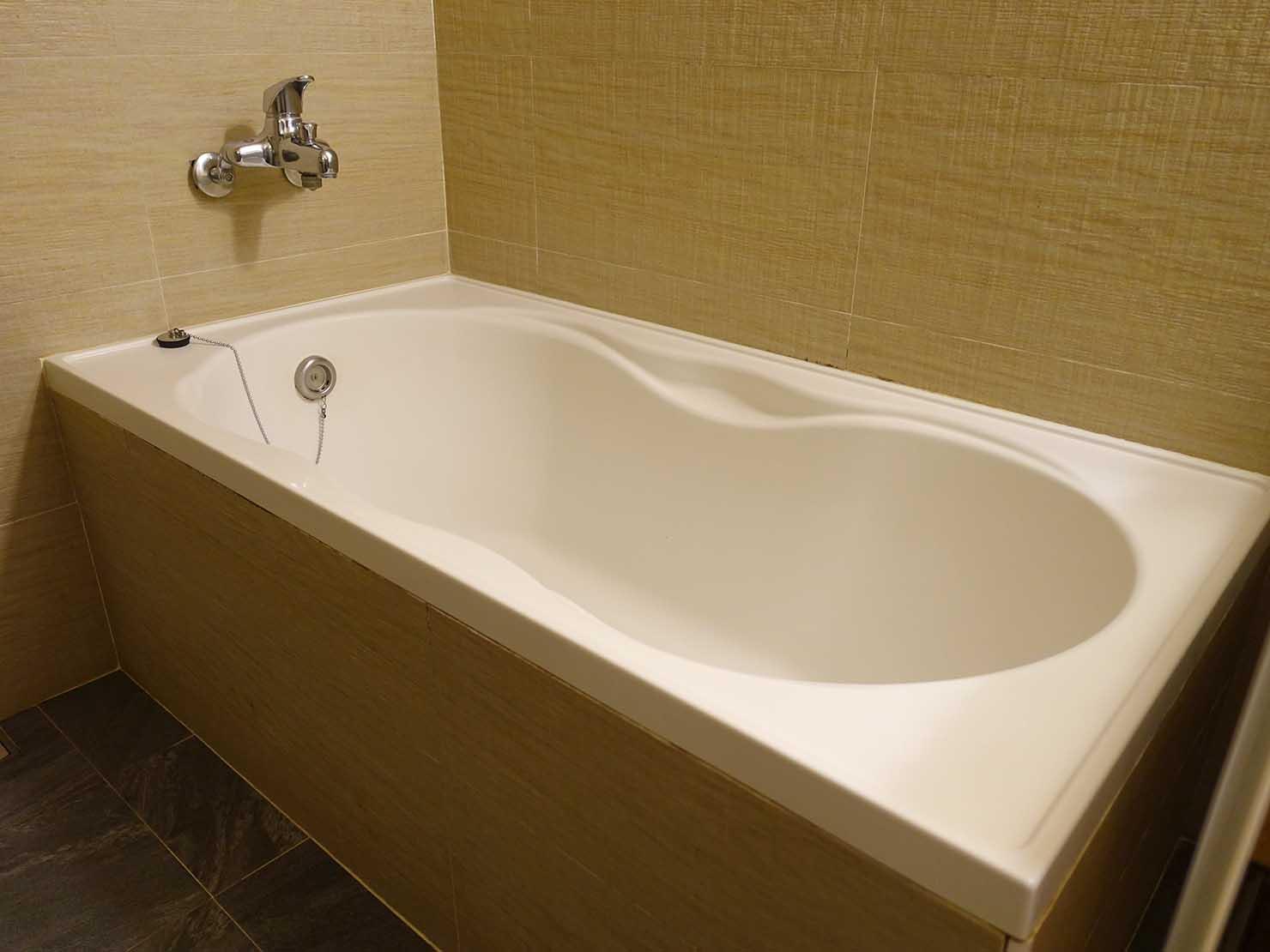 台北・九份のおすすめゲストハウス「九份小町」海景套房(オーシャンビュー・ダブルルーム)バスルームのバスタブ