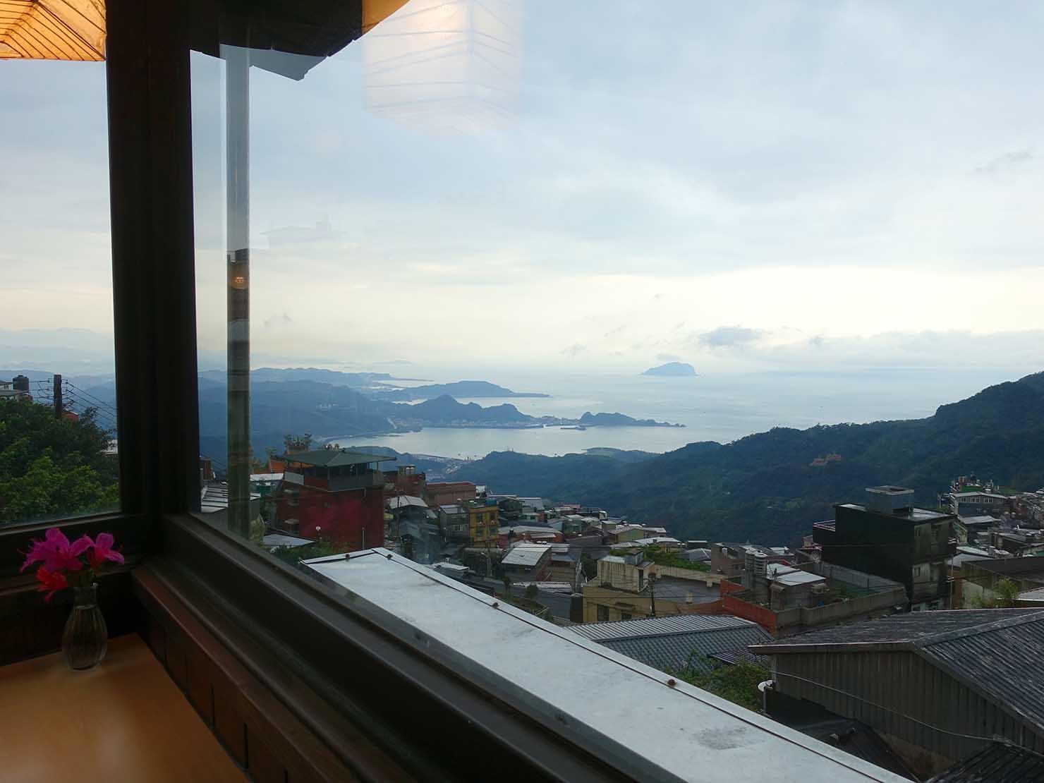 台北・九份のおすすめゲストハウス「九份小町」ダイニングスペースから眺める台湾北海岸
