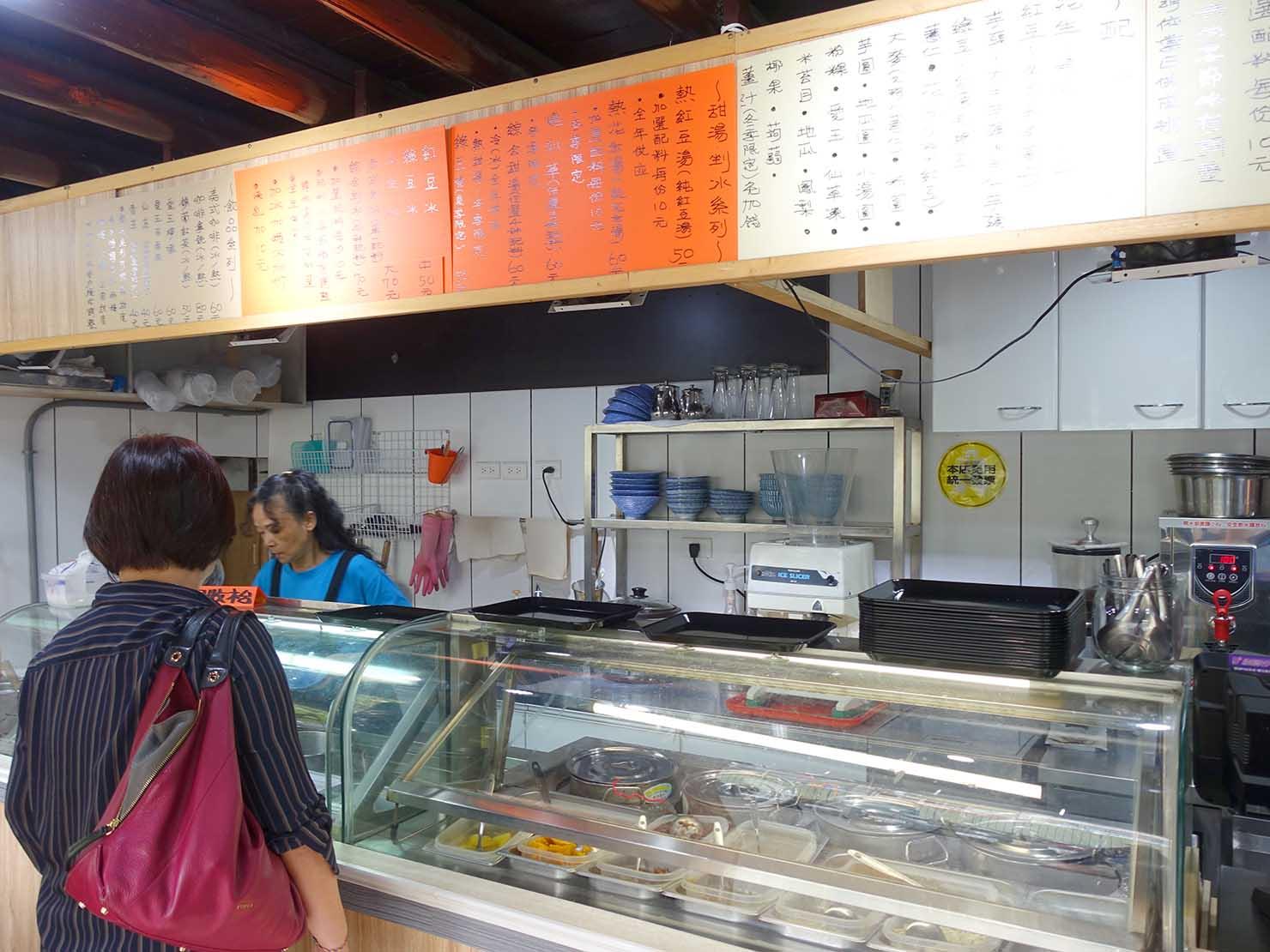 台北・中山駅周辺のおすすめグルメ店「阿明ㄟ豆花」のカウンター