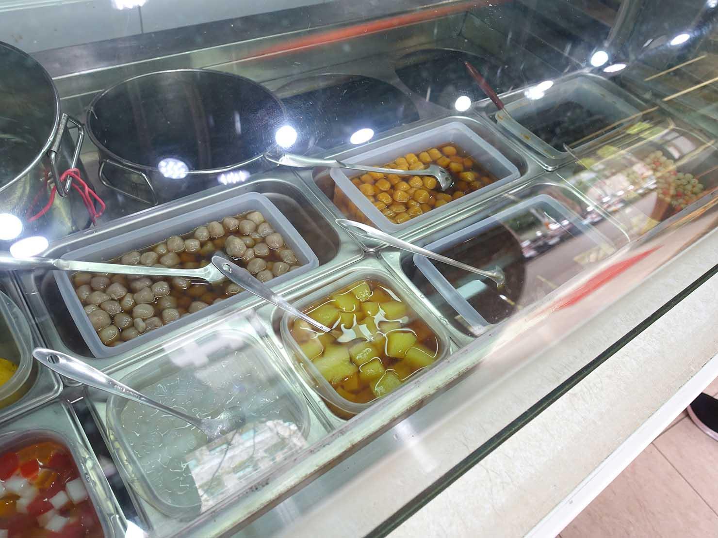 台北・中山駅周辺のおすすめグルメ店「阿明ㄟ豆花」のカウンターに並ぶトッピング