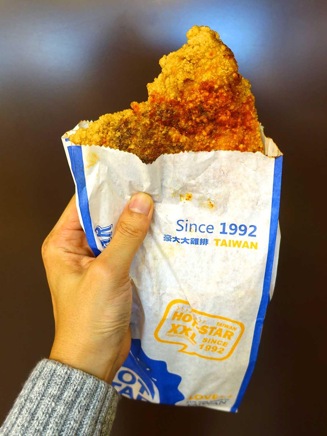 台北駅駅ナカ(車站大廳)のおすすめグルメ店「HOT-STAR 豪大大雞排」の豪大大雞排(フライドチキン)