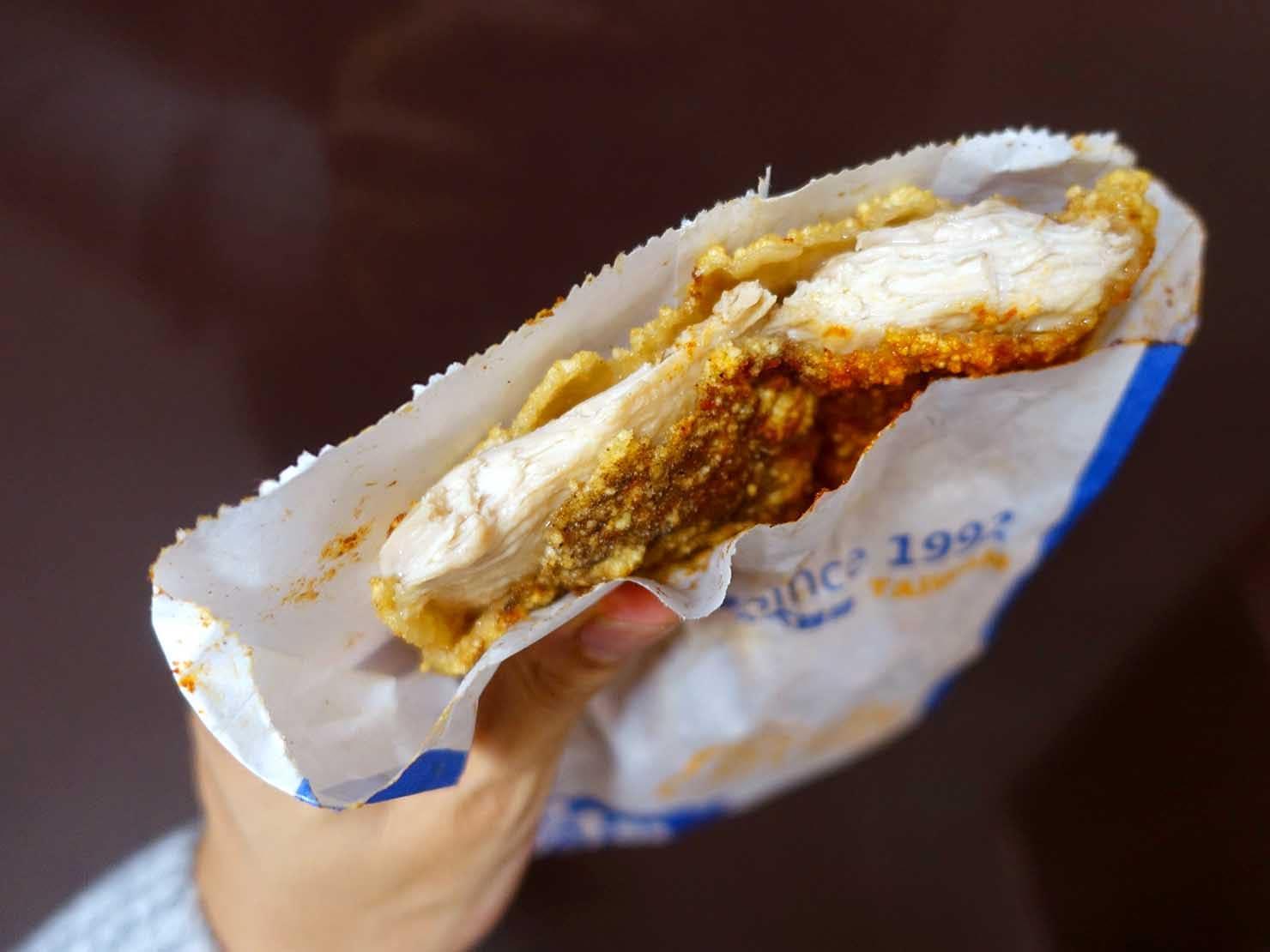 台北駅駅ナカ(車站大廳)のおすすめグルメ店「HOT-STAR 豪大大雞排」の豪大大雞排(フライドチキン)クローズアップ