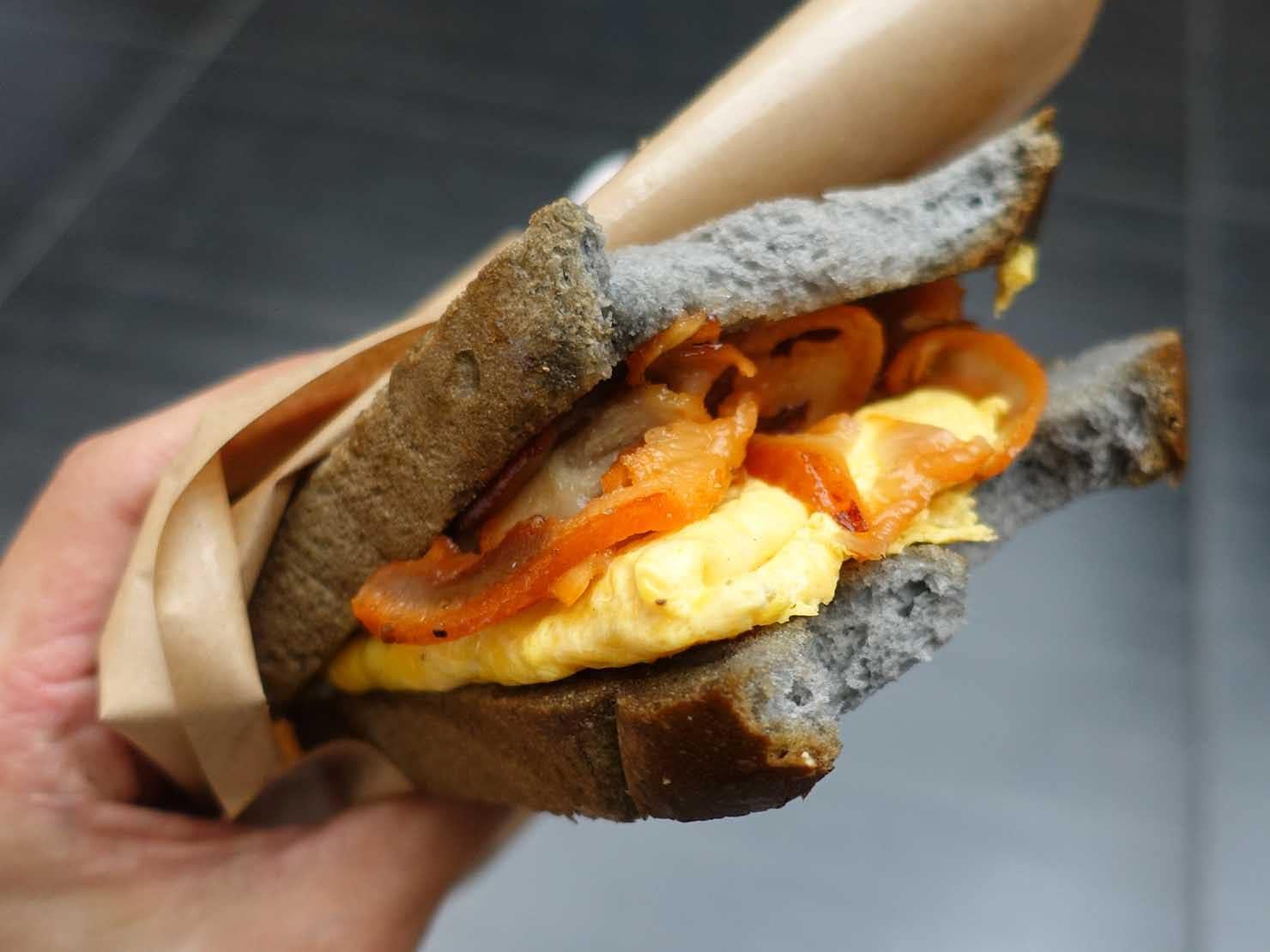 台北駅駅ナカ(車站大廳)のおすすめグルメ店「包果」の豬頭皮厚蛋三明治(豚カシラ肉とオムレツのサンドイッチ)クローズアップ