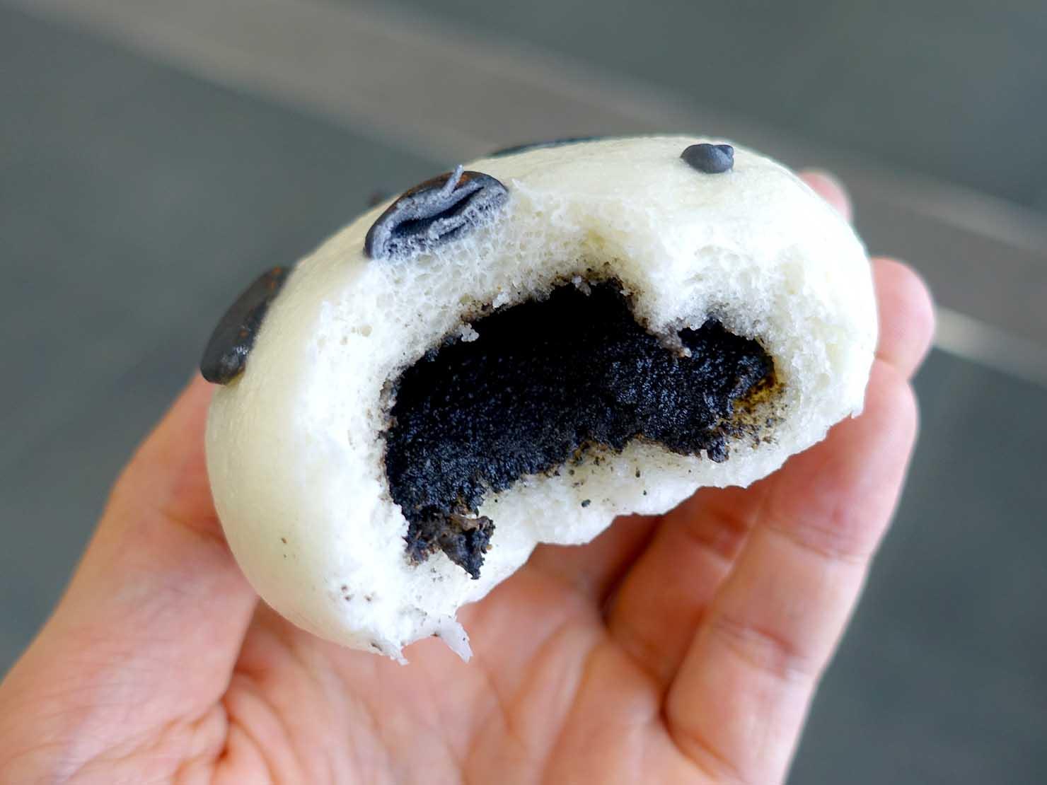 台北駅駅ナカ(車站大廳)のおすすめグルメ店「葡吉手工包子」の熊貓造型芝麻包(パンダ型ごま饅頭)