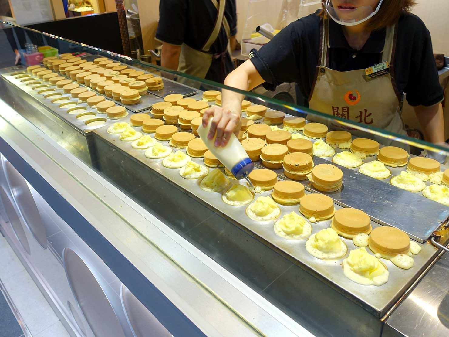 台北駅駅ナカ(車站大廳)のおすすめグルメ店「關北紅豆餅」の店頭で焼かれる大判焼き