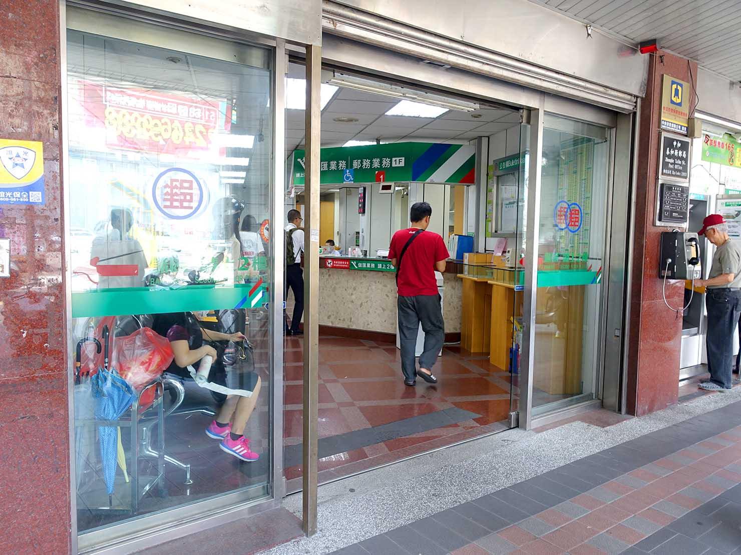 台湾の郵便局の入り口