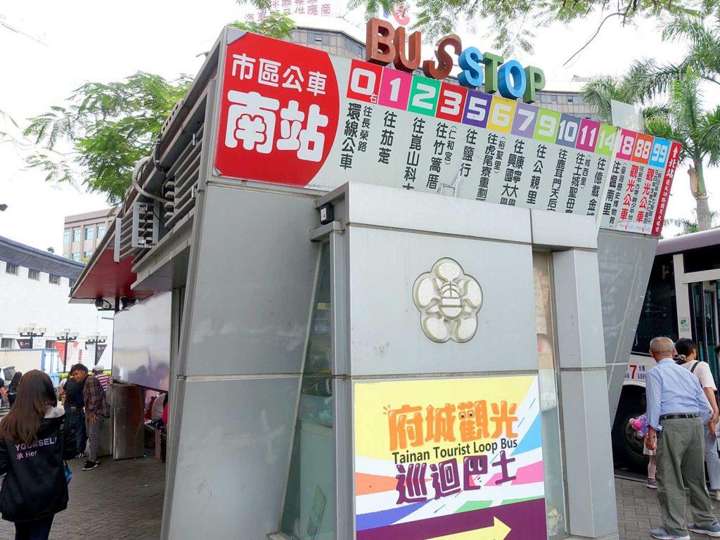 台南駅前のバスターミナル・南站