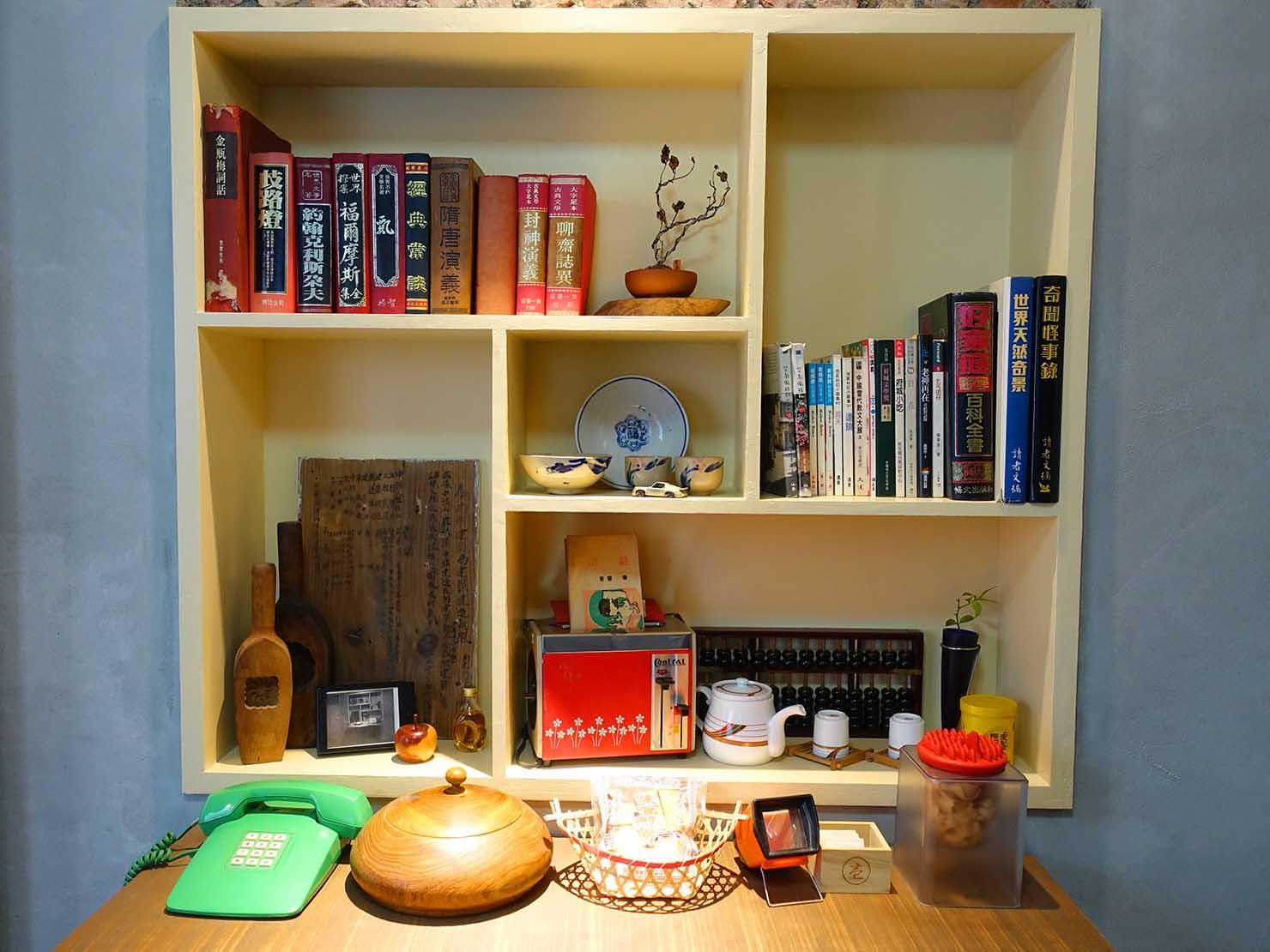 台南のおすすめ古民家ゲストハウス「永福97.1」アティックキャビン1Fに飾られたレトロなアイテムたち