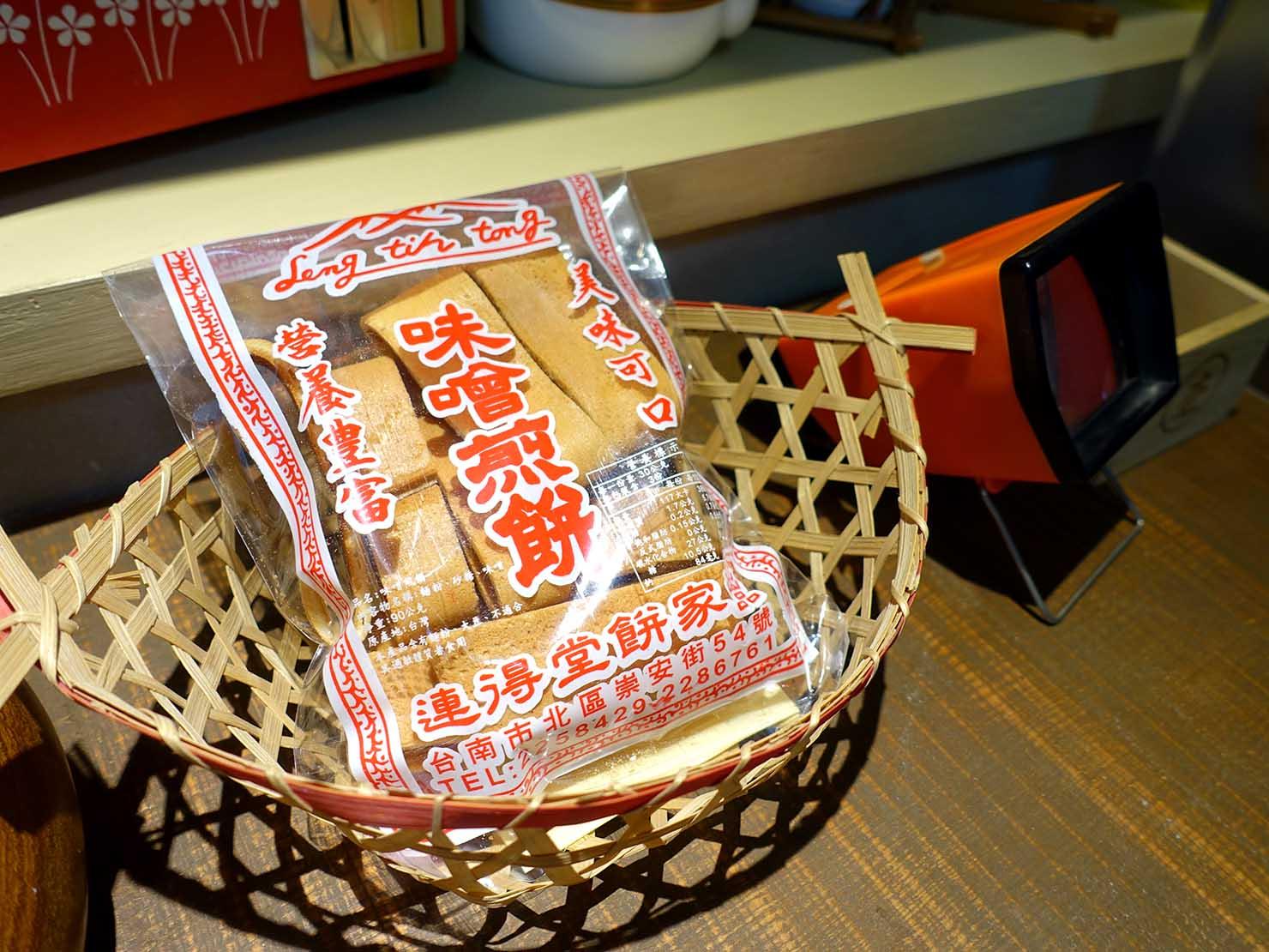 台南のおすすめ古民家ゲストハウス「永福97.1」アティックキャビン1Fに置かれた味噌煎餅