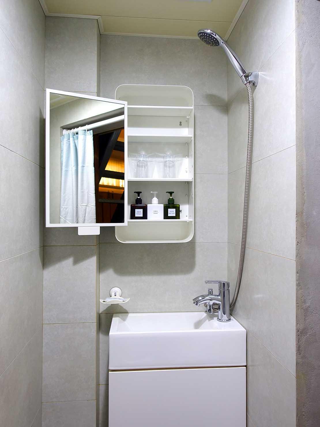 台南のおすすめ古民家ゲストハウス「永福97.1」アティックキャビン1Fのシャワールーム