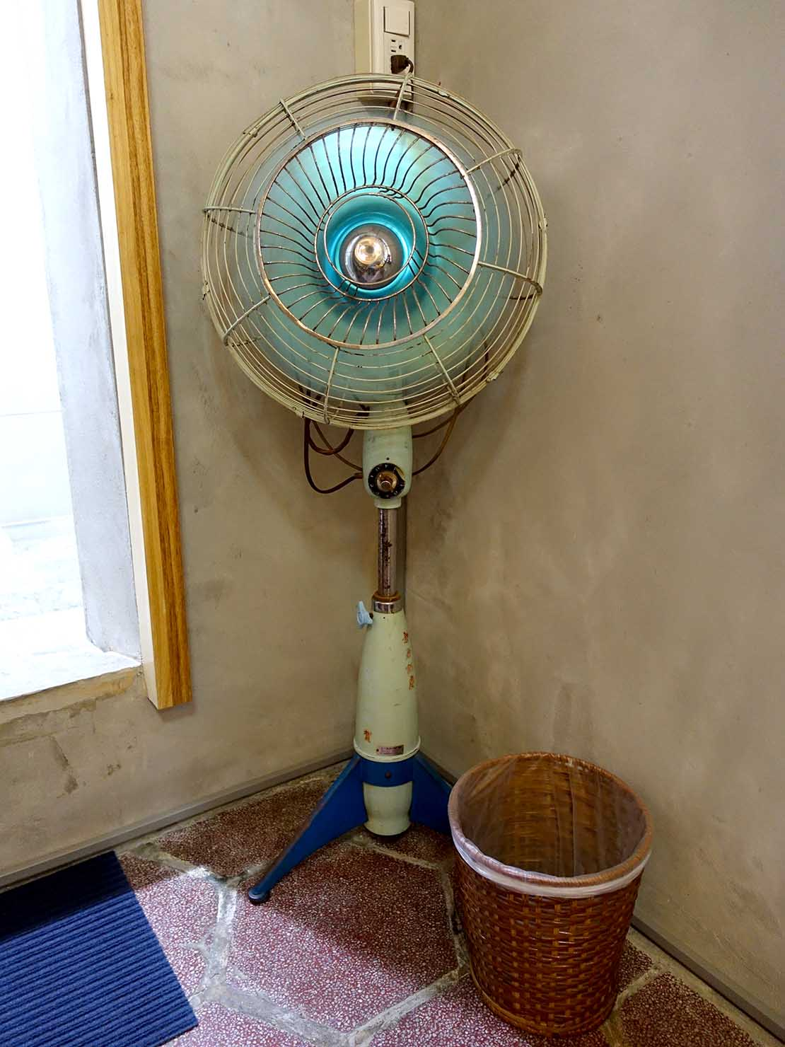 台南のおすすめ古民家ゲストハウス「永福97.1」アティックキャビン1Fに置かれた年代物の扇風機
