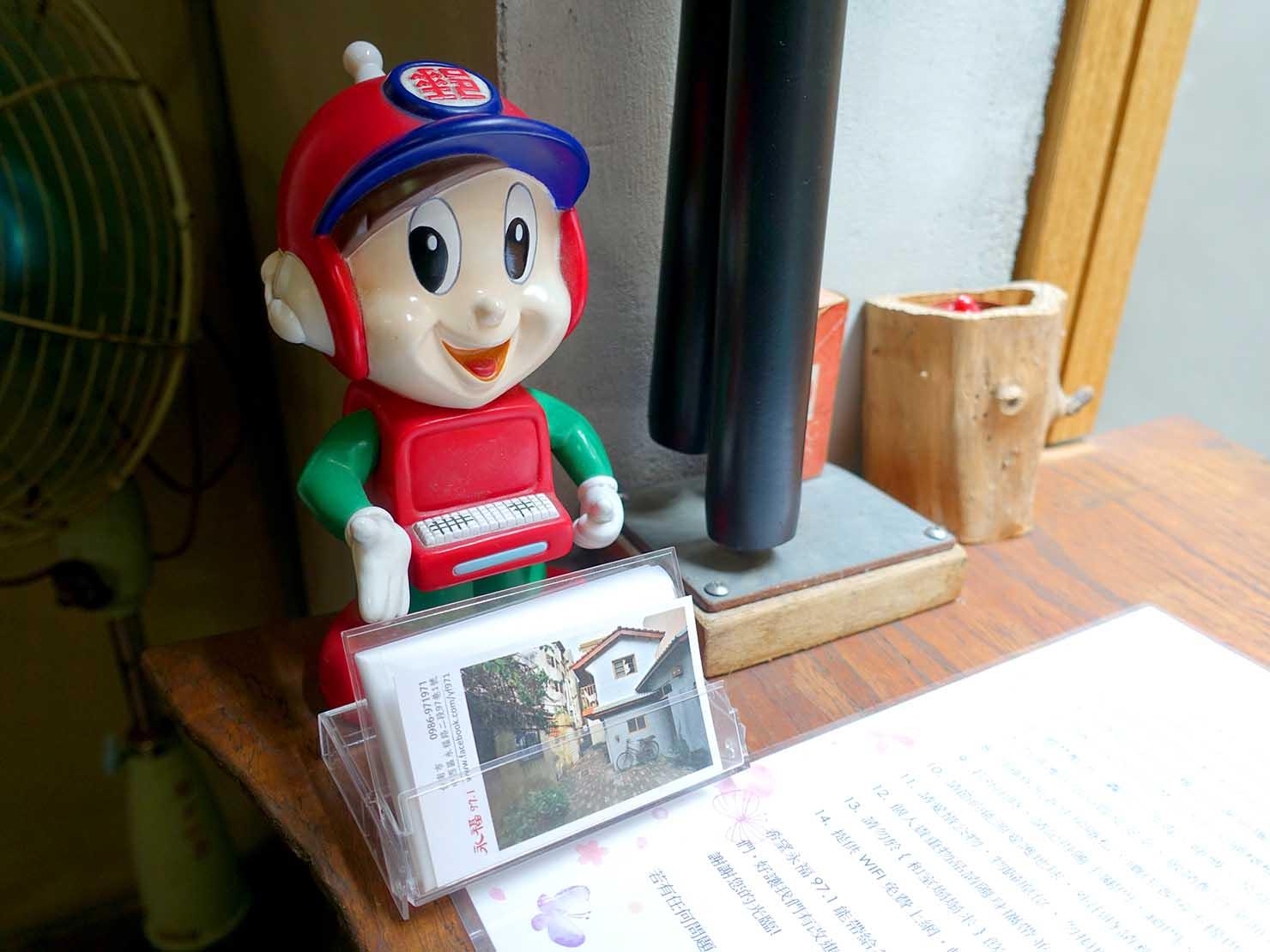 台南のおすすめ古民家ゲストハウス「永福97.1」アティックキャビン1Fに置かれた人形
