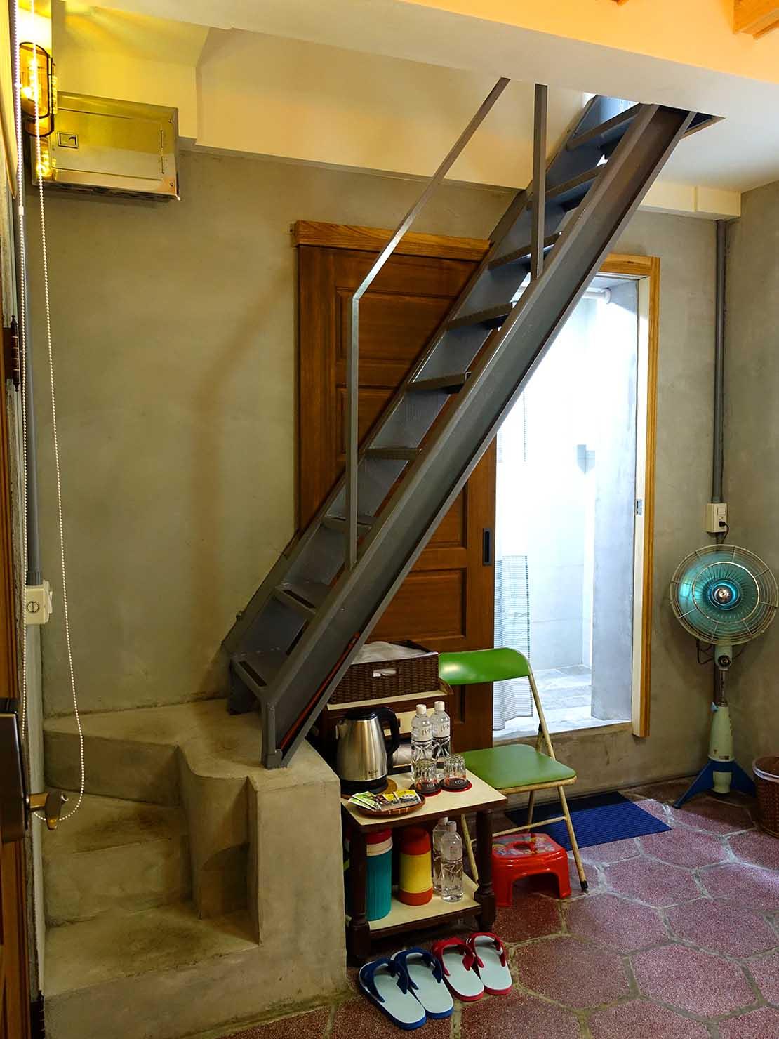 台南のおすすめ古民家ゲストハウス「永福97.1」アティックキャビン1Fから伸びる階段