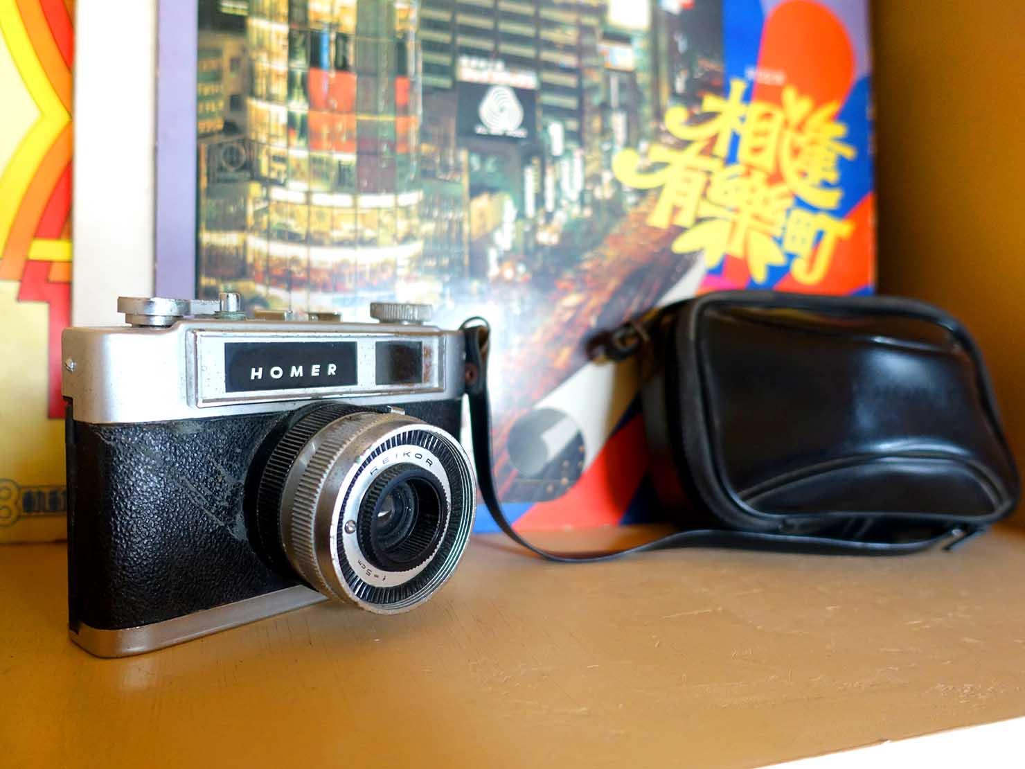 台南のおすすめ古民家ゲストハウス「永福97.1」アティックキャビン2Fの棚に置かれたフィルムカメラ