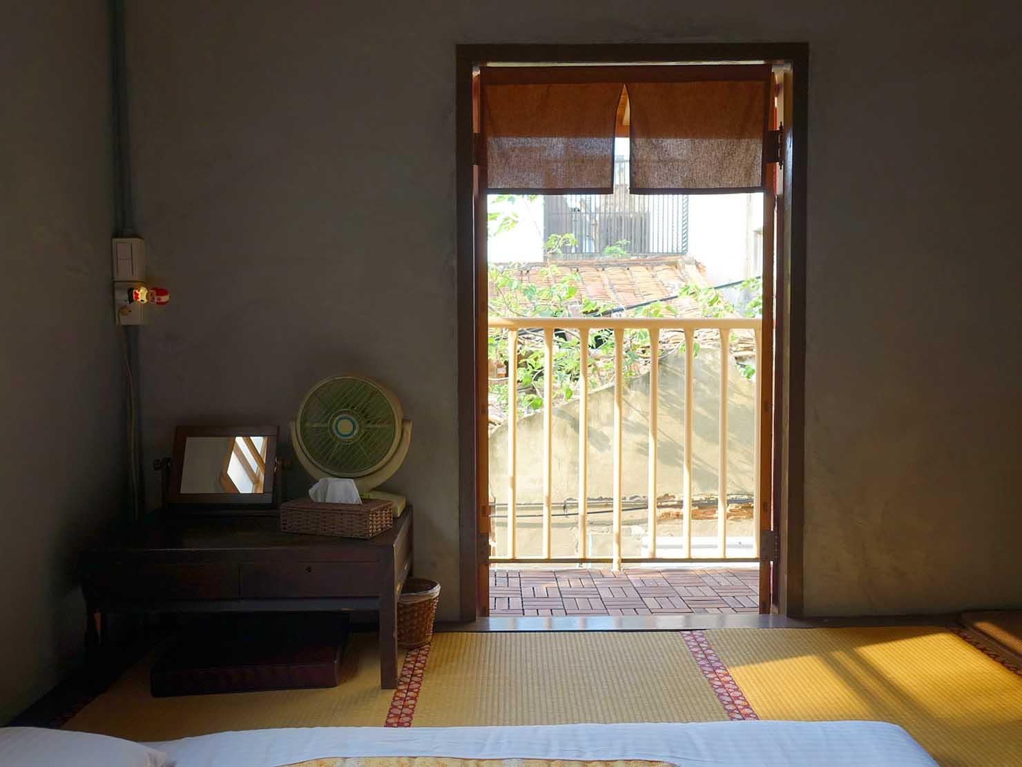 台南のおすすめ古民家ゲストハウス「永福97.1」アティックキャビン2Fベランダへの扉