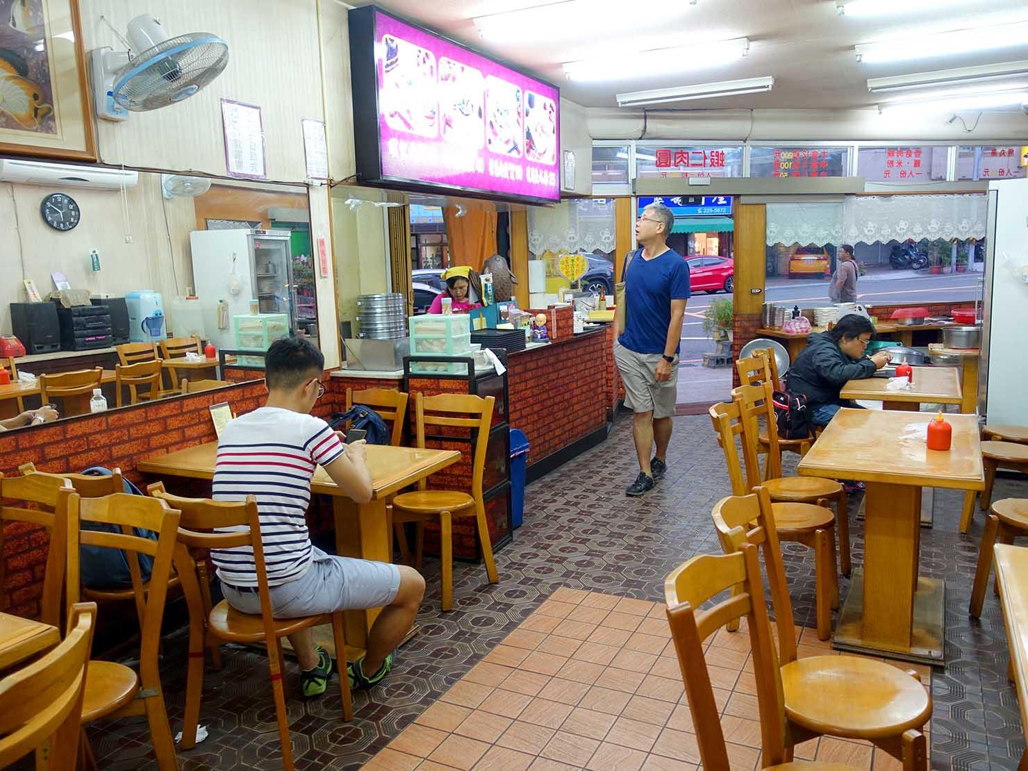 台南・孔廟エリアのおすすめグルメ店「友誠蝦仁肉圓」の店内