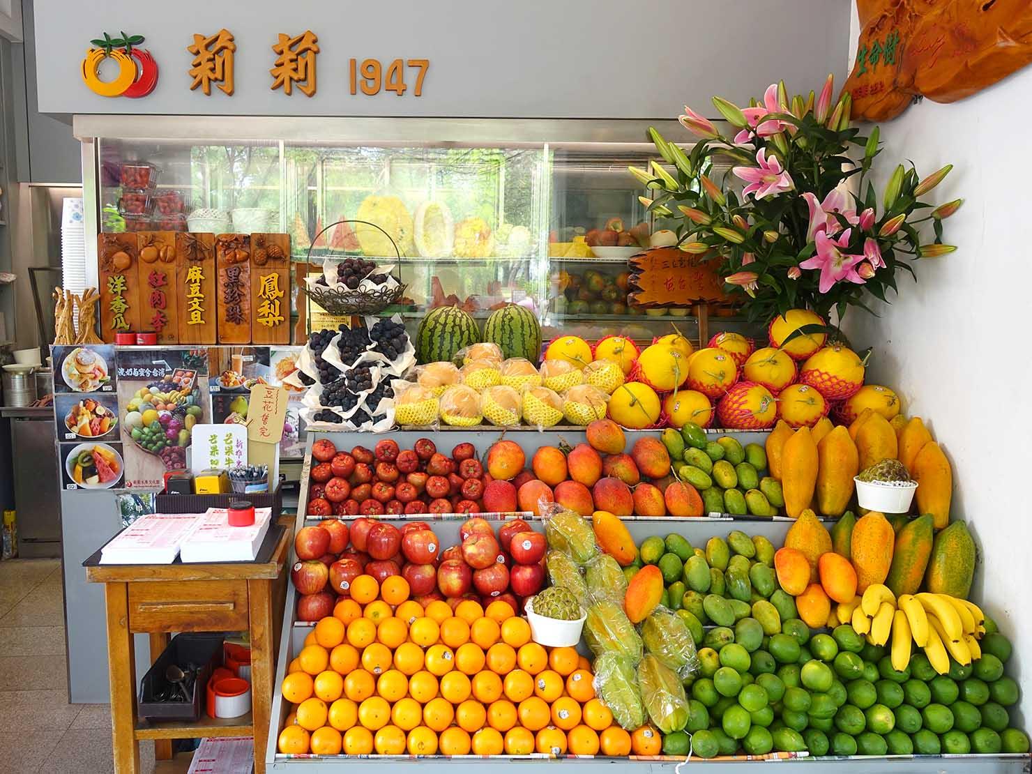 台南・孔廟エリアのおすすめグルメ店「莉莉水果店」のフルーツが並ぶカウンター